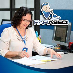 RAPIASEO-ADMINISTRATIVO-MUJER-REVISANDO-PAPELES